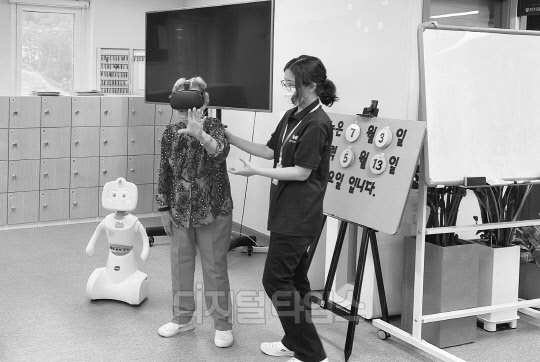 로봇·VR로 어르신 건강관리,  한컴위드, 시니어케어 서비스
